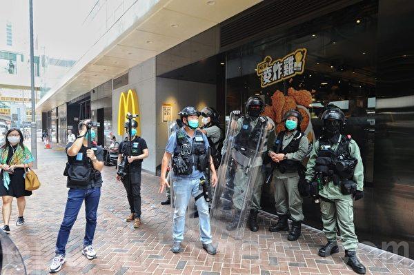 2020年05月27日,香港立法會「國歌法」二讀。金鐘站A出口和海富中心有大量防暴警察拉起封鎖線封鎖。(宋碧龍/大紀元)