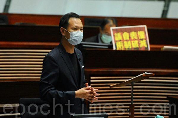 5月27日,香港立法會議員郭榮鏗議員(就《基本法》第二十三條立法)議題質詢保安局局長李家超。(宋碧龍/大紀元)