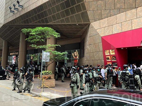 下午3時許,約50人在朗豪坊外被警員截查。(武可儀/大紀元)