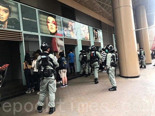 下午3時許,約50人在朗豪坊外被警員截查。(梁珍/大紀元)