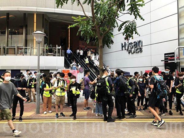 警方在銅鑼灣希慎廣場附近截查一批青年。(梁珍/大紀元)