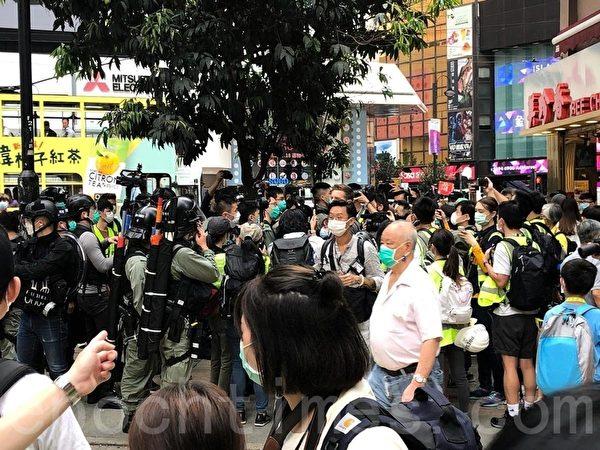 南區區議員袁嘉蔚等人在場監察警方的行動。(梁珍/大紀元)