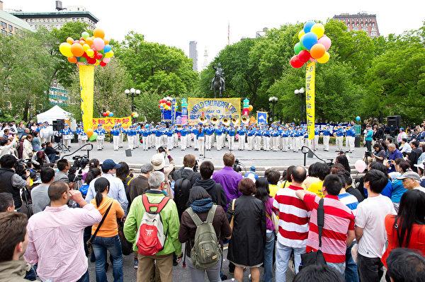 2011年5月13日,法輪功學員在紐約曼哈頓聯合廣場慶祝世界法輪大法日。(戴兵/大紀元)
