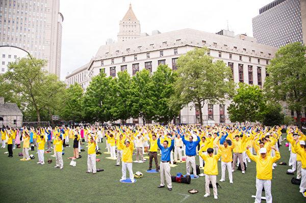 2013年5月18日,法輪功學員在紐約曼哈頓中國城集體煉功慶祝世界法輪大法日。(戴兵/大紀元)