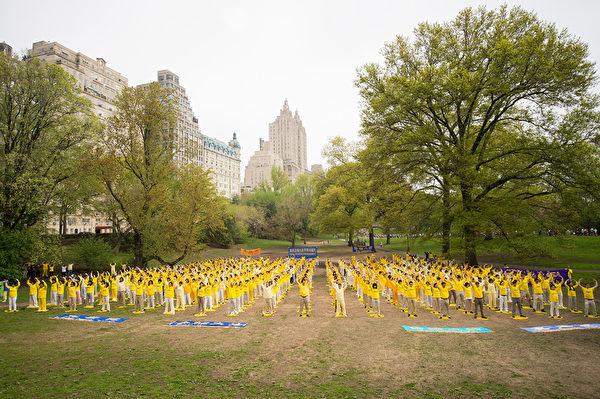 2014年5月10日,法輪功學員在紐約曼哈頓中央公園集體煉功慶祝世界法輪大法日。(戴兵/大紀元)