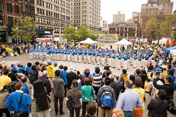 2014年5月13日,法輪功學員在紐約曼哈頓聯合廣場慶祝世界法輪大法日。(戴兵/大紀元)