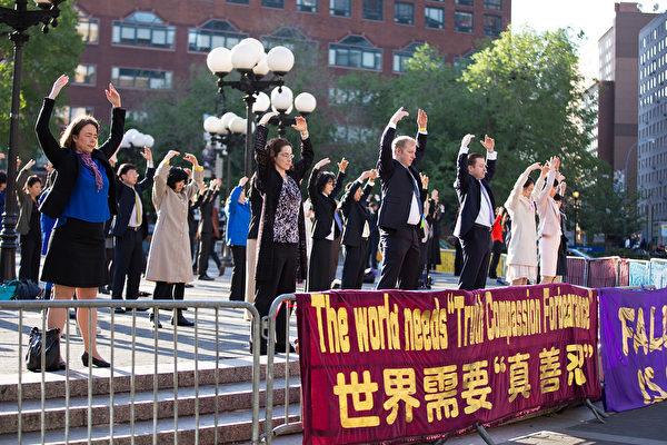 2015年5月14日,法輪功學員在紐約曼哈頓聯合廣場慶祝世界法輪大法日。(戴兵/大紀元)