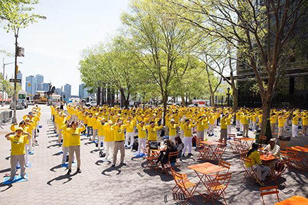 2016年5月12日,法輪功學員在紐約曼哈頓聯合廣場慶祝世界法輪大法日。(戴兵/大紀元)