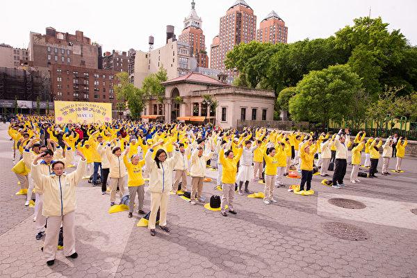 2017年5月11日,法轮功学员在纽约曼哈顿联合广场庆祝世界法轮大法日。(戴兵/大纪元)