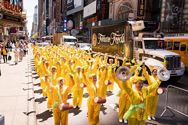 2018年5月11日,法輪功學員在紐約曼哈頓42街舉行萬人大遊行慶祝世界法輪大法日。(戴兵/大紀元)