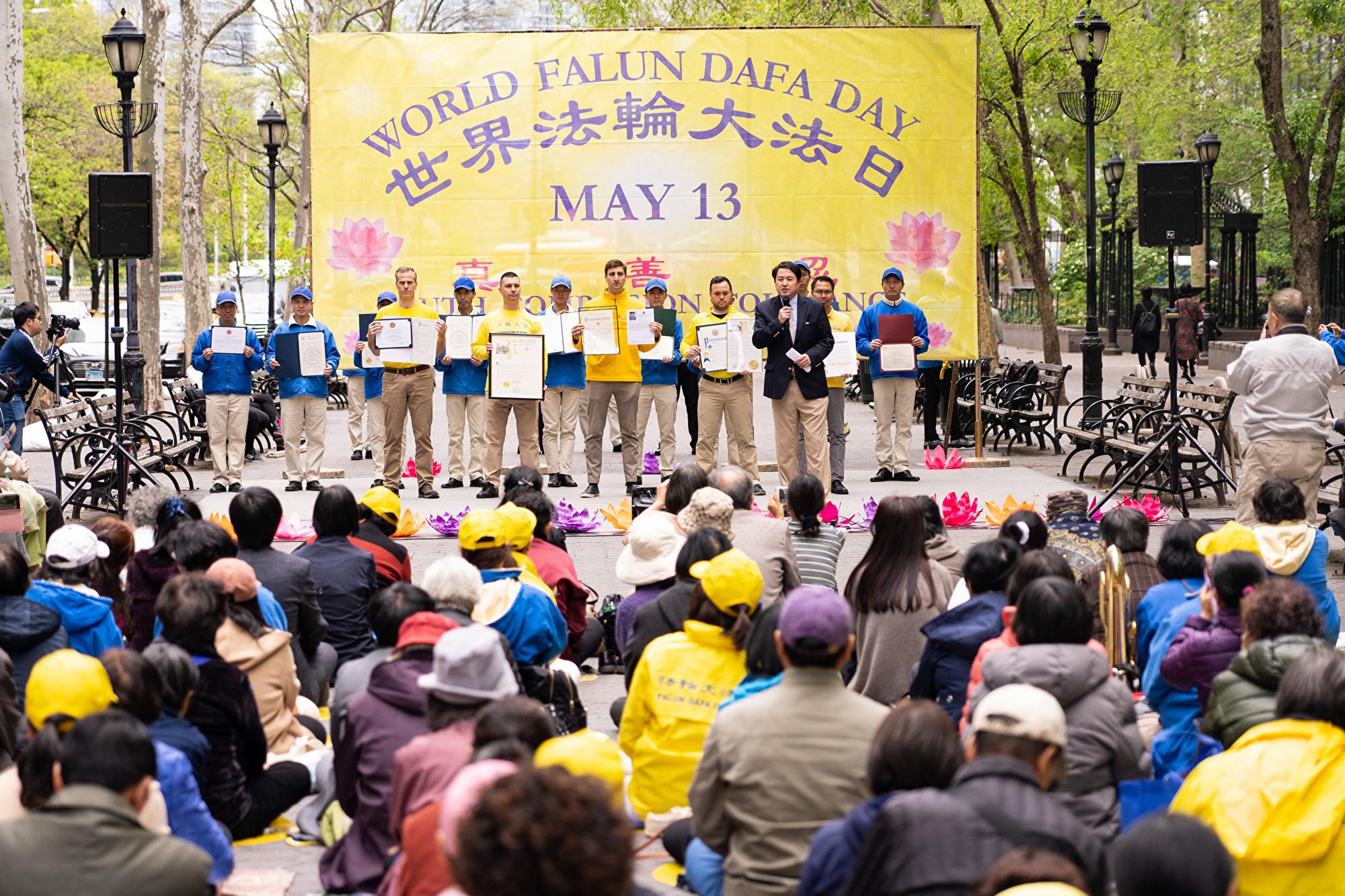 các học viên Pháp Luân Công đã tổ chức Ngày Pháp Luân Đại Pháp Thế giới tại Công viên Liên Hợp Quốc ở Manhattan, New York.