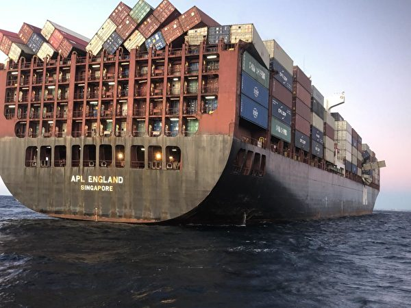 一艘從中國寧波來的貨輪在新州海域丟失了40個貨櫃。圖為貨輪上傾斜的貨櫃。(澳洲海事安全局提供)