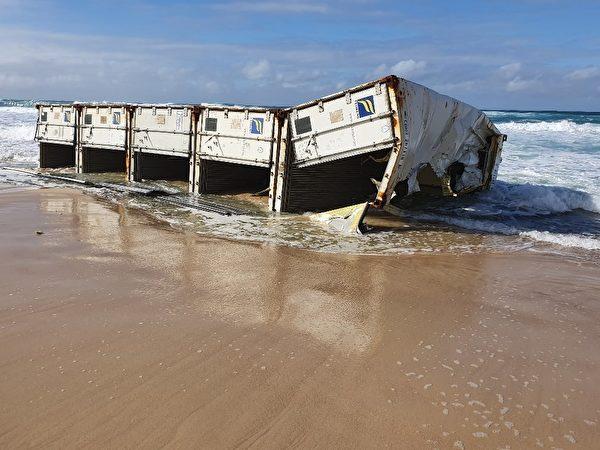 一艘從中國寧波來的貨輪在新州海域丟失了40個貨櫃。圖為衝上岸的貨櫃。(NSW Maritime提供)