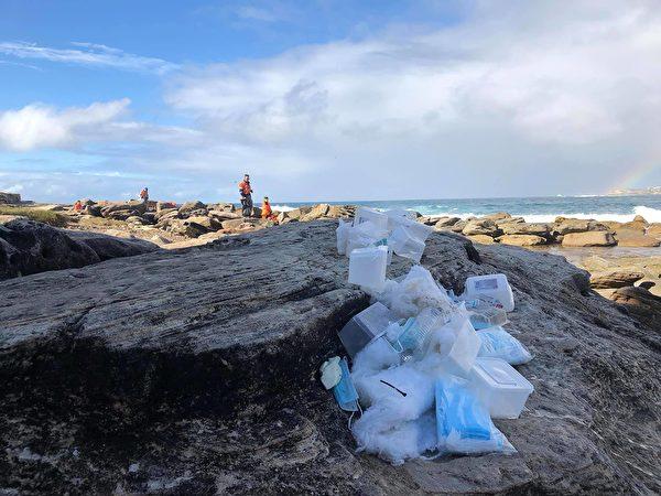 圖為被海水沖上岸的口罩和塑料盒。(NSW SES提供)