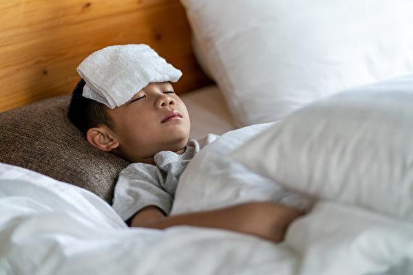 細菌性咽喉炎和普通病毒性咽喉炎的症狀相似,都會出現喉嚨痛或發燒。(Shutterstock)