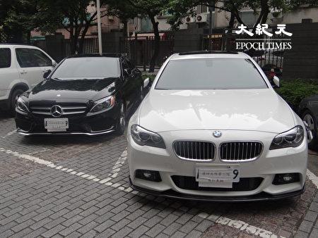 警方分別查扣林嫌、韋嫌的黑色賓士自小客車1台、白色BMW自小客車1台等贓證物。