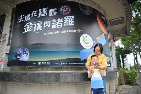 蘇淑菁與小兒子分享闖關秘技。