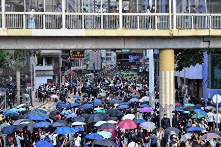 圖為香港民眾上街反對國安法。
