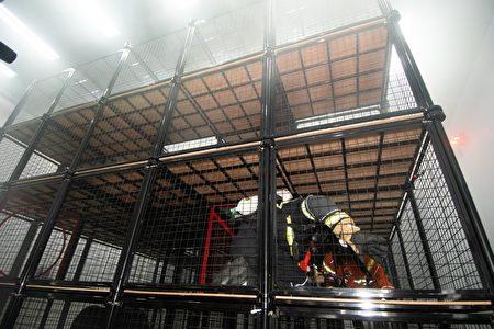 桃园市长郑文灿与内政部长徐国勇视察消防员火场逃生训练。