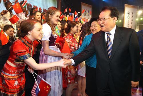 2010年12月10日,第五屆孔子學院大會開幕式在北京國家會議中心舉行。李長春、劉延東(右二)出席大會並在觀看孔子學院學生匯報演出後和學生們握手。(中共官網圖片)