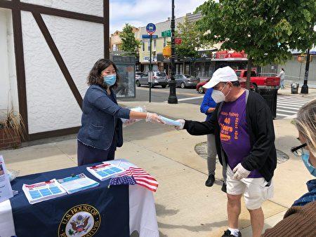 孟昭文(左)在格兰岱尔(Glendale)向居民发放口罩。