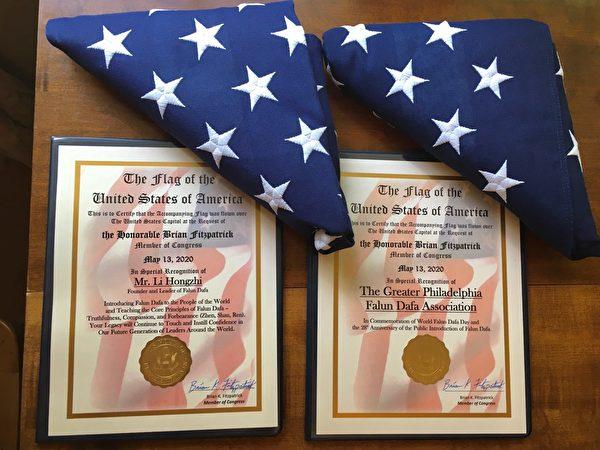 布萊恩·菲茨派翠克(Brian Fitzpatrick)議員辦公室將兩面國旗和褒獎證書贈送給費城法輪大法學會。(法輪功學員提供)