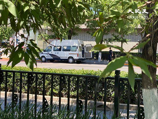 2020年5月26日,在中共國家信訪局門口的警車。(大紀元)