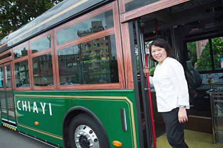 市長黃敏惠率全國之先,將市區公車全面改成電動公車。