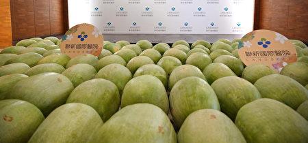 100颗西瓜摆满联新国际医院大厅,让人清凉暑气消,吸引不少人好奇询问是否有贩售。