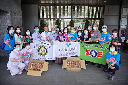 中坜区团委会与中坜北区扶轮社,响应认购真善美基金会的憨儿手作玫瑰花与杯子蛋糕。