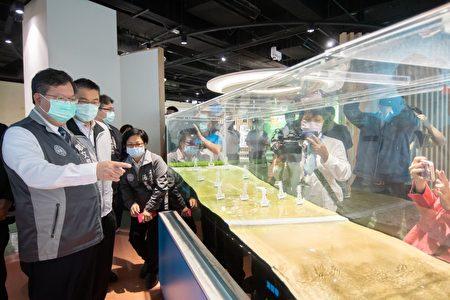 桃园市长郑文灿与内政部长徐国勇一同体验防灾互动模拟装置。