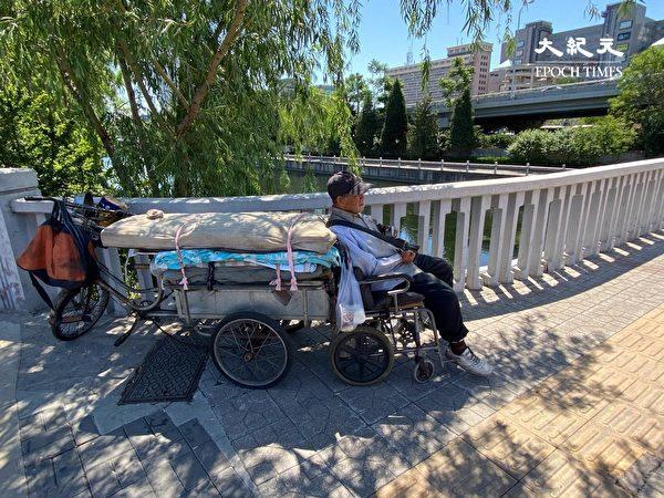 2020年5月26日,北京一位76歲的無家可歸者,每天在河邊居住。他自言:我太老了,要不了飯,就靠附近的人給點吃喝。警察經常攆他,「但我也沒有地方去。」(大紀元)