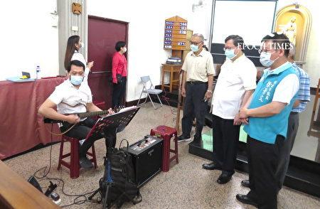 桃园市长郑文灿、市议员徐景文一起聆赏菲律宾移工演出。