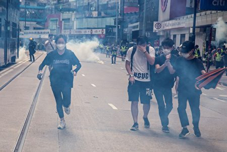 圖為港警用催淚彈攻擊民眾。