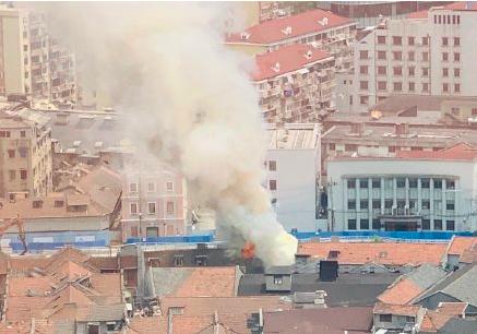 上海虹口九龍路居民樓著火 濃煙滾滾