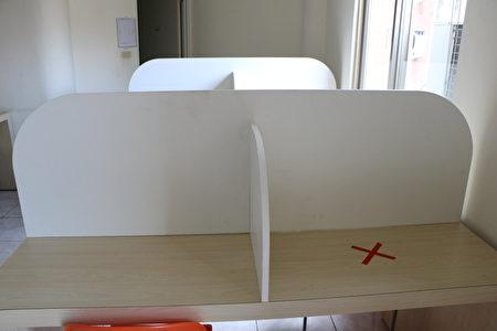 黄宾图书馆25日也受赠3座防护隔板。