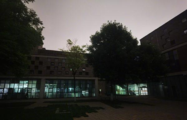 北京时间5月21日下午3时,中共两会中的全国政协十三届三次会议召开之时,北京的天突然变黑。(网络图片)