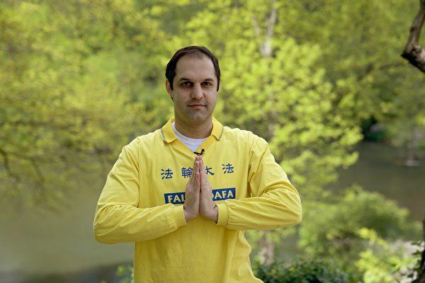 紐約法輪功學員Naeim Darzi在今年第21屆世界法輪大法日之際,他雙手合十向法輪功創始人李洪志先生表達感恩。(宋昇樺/大紀元)