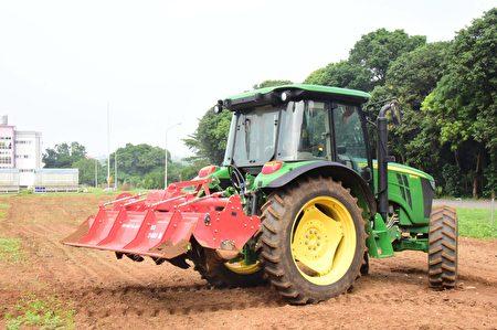 屏科大智慧農業中心的GPS環景曳引機。