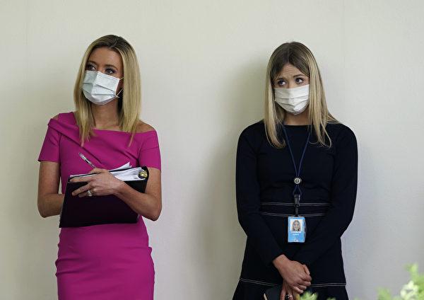 白宮發言人麥肯內尼(Kayleigh McEnany,左)。(Drew Angerer/Getty Images)