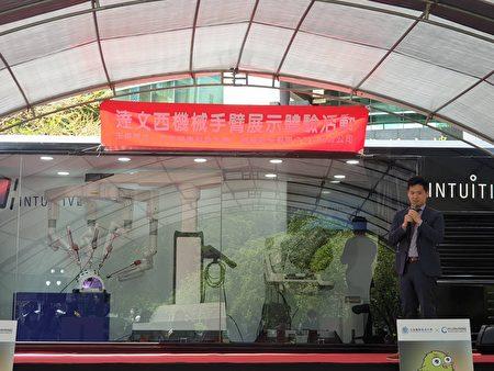 直觉股份公司台湾分公司资深经里李伟群介绍体验车。