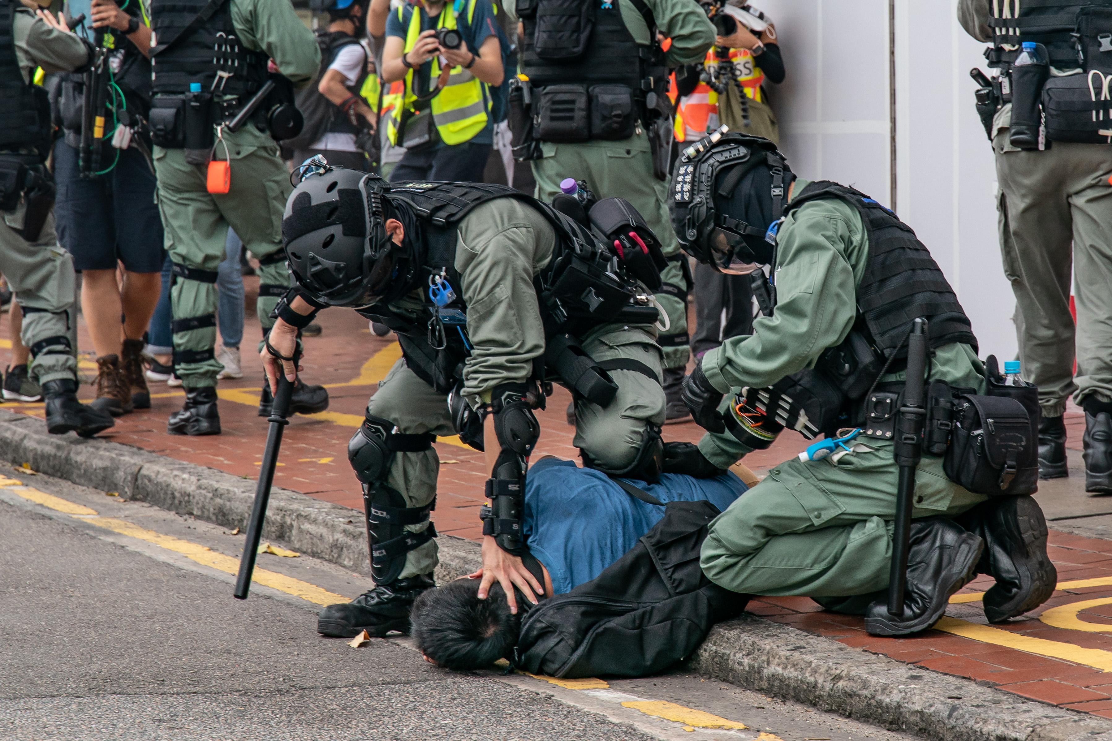2020年5月24日,港警對民眾施暴。香港民眾承受港警暴力已將近一年,近萬人被野蠻抓捕,沒有警察被起訴 。(Anthony Kwan/Getty Images)