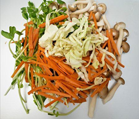 凉拌鸿喜菇可采用大量的菇蕈来制作。