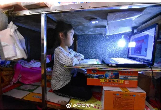 宜昌女童在肉鋪案板下上網課 走紅網絡