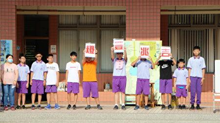 """今年活动主题为""""灯丰兆吉"""",由24盏来自象征""""梦想""""的天灯以及各班学生每个人亲自手作小天灯组成。"""
