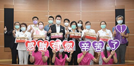 彰化县社头乡宾特立实业公司捐出8000双宾特立医疗弹性袜(未灭菌),该公司总经理张志维(2排左3)捐赠。