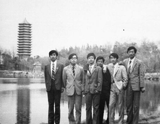 謝田(右一)在北大求學期間。(謝田本人提供)