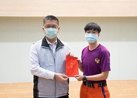 内政部长徐国勇颁发加菜金。