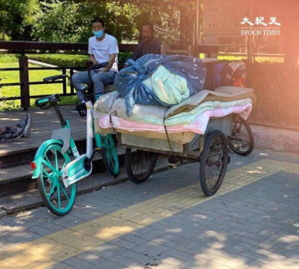 2020年5月26日,中共兩會期間,北京已經清理了街頭露宿者,還是有人躲著警察留在這裏。(大紀元)