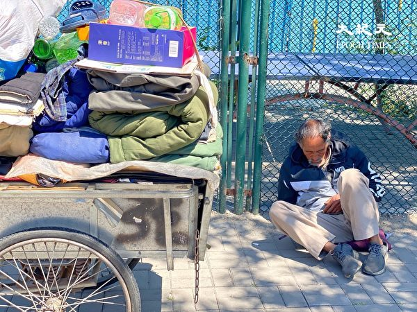 2020年5月26日, 北京路邊睡覺的無家可歸者。(大紀元)